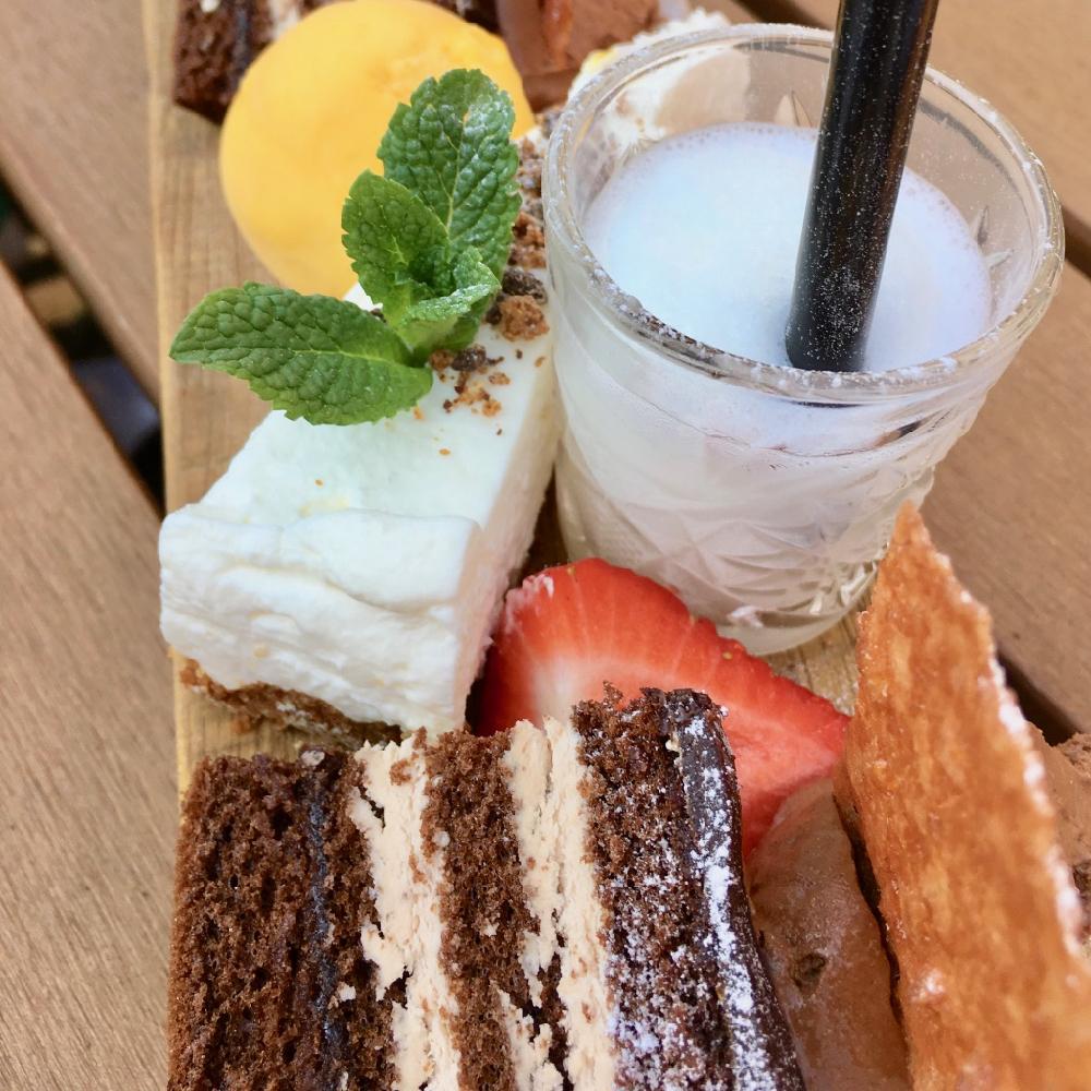 Desert met taart en ijs