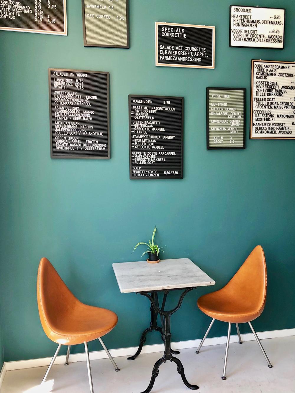 Wandje met menukaarten bij Eetwinkel Stroom