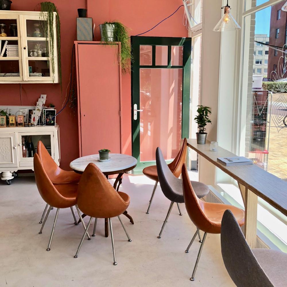 Stoelen en tafel voor de ramen van Eetwinkel Stroom