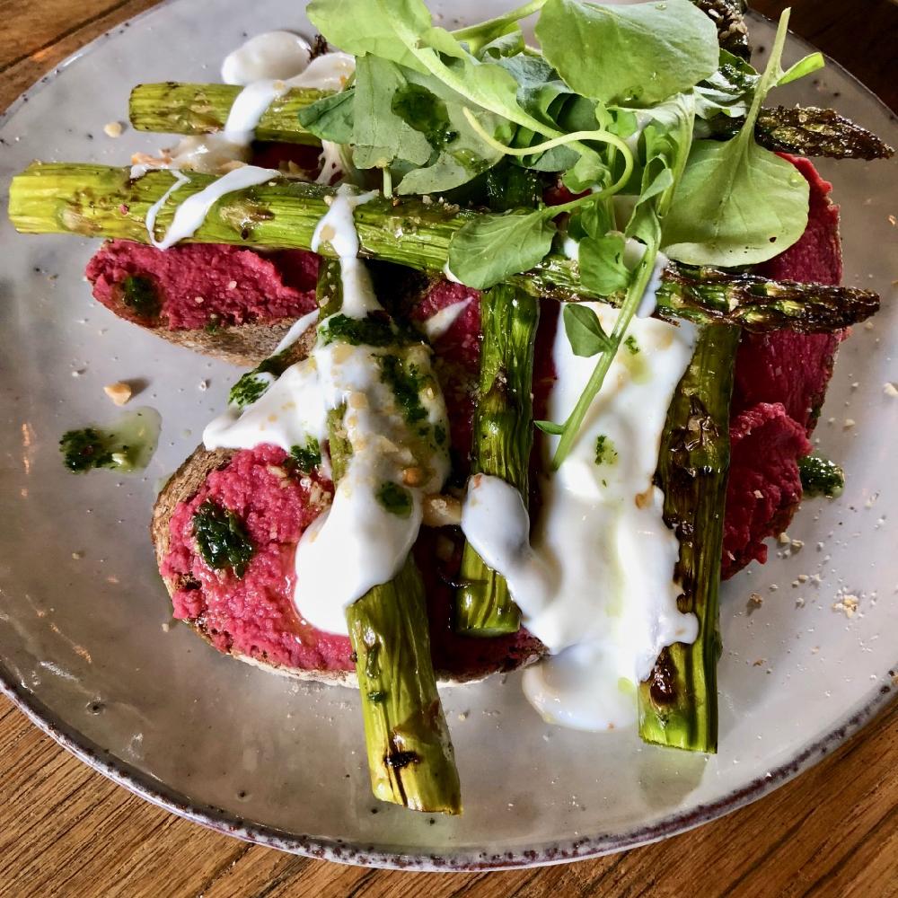 Brood met bietenhummus en groene asperges