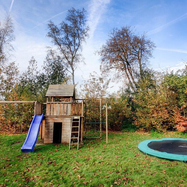 Grote tuin met schommel en speelhuisje bij het vakantiehuis