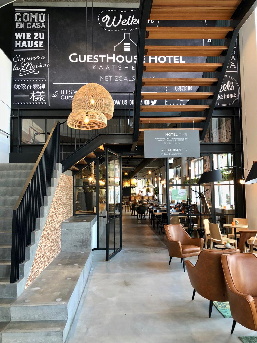 Entree hotel met op de benedenverdieping Guesthouse Kitchen