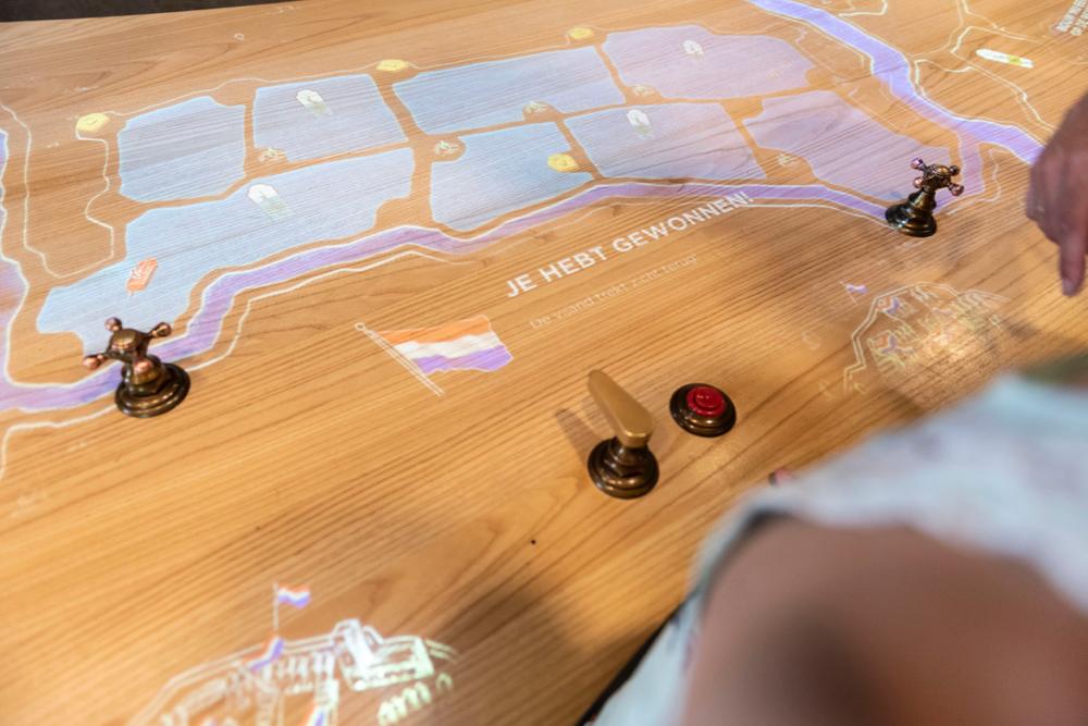 Een houten tafel met een afbeelding van de Hollandse Waterlinie