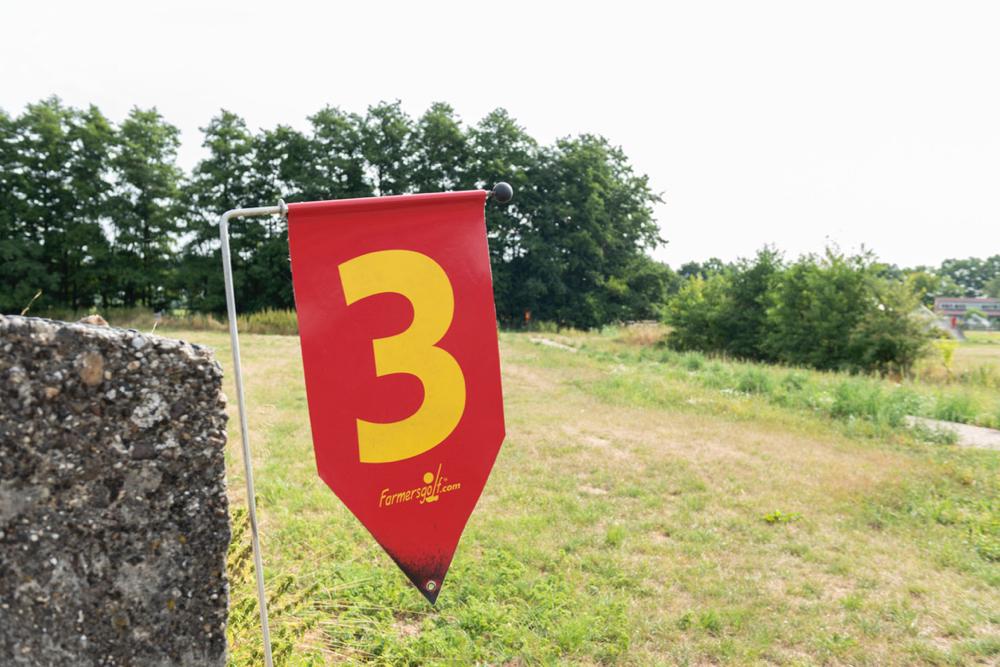 Vlaggetje met cijfer 3 op een van de bunkers bij Bunnik