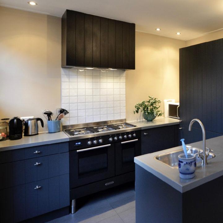 De moderne nieuwe keuken van Huisje in Buren