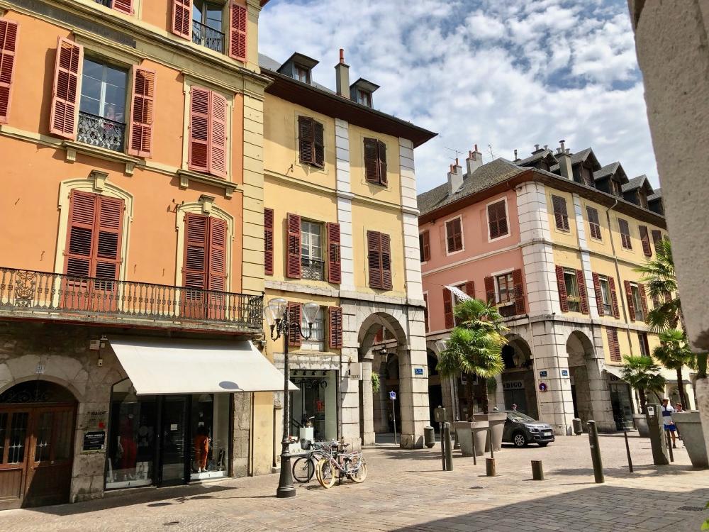 De gekleurde gevels in het centrum van Chambéry
