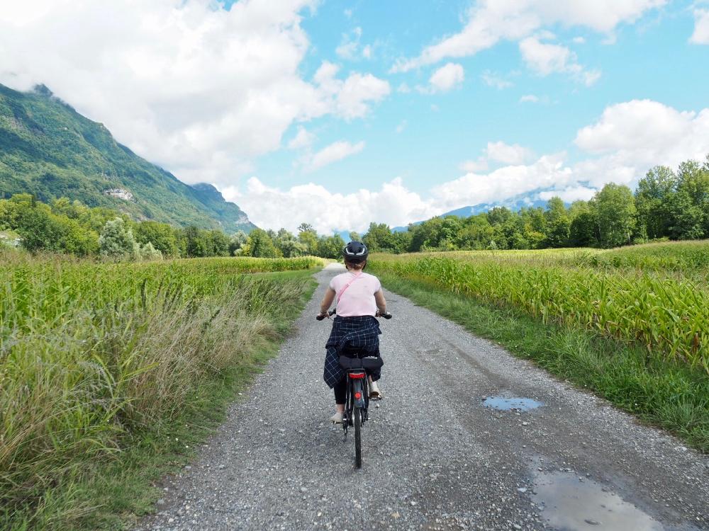 Een e-bike op een landweg in de Savoie