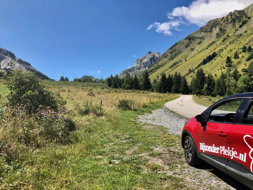 Rode Renault Capture met Bijzonder Plekje belettering in de Franse Alpen