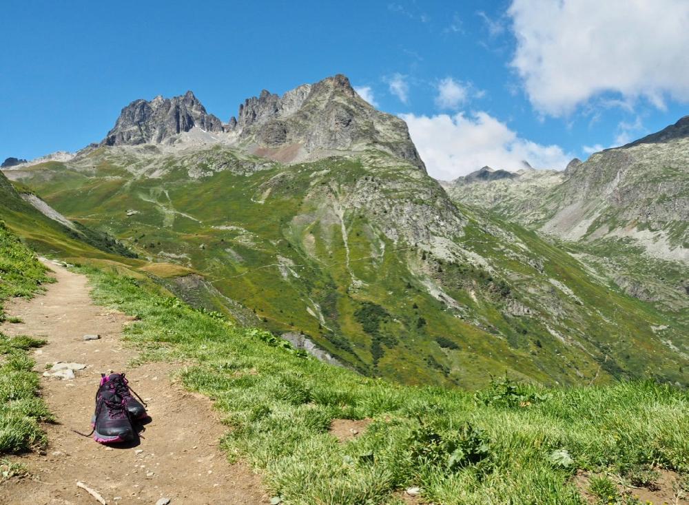 Zwarte North Face wandelschoenen op een wandelpaadje hoog in de bergen