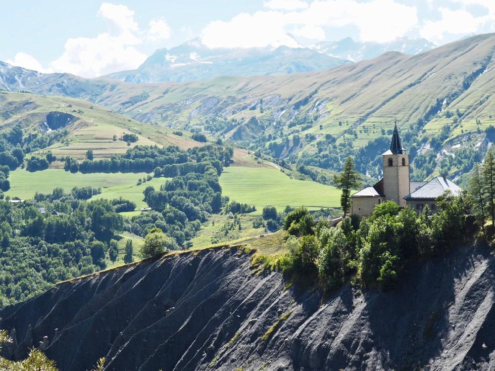 Een kerkje op een bergrand