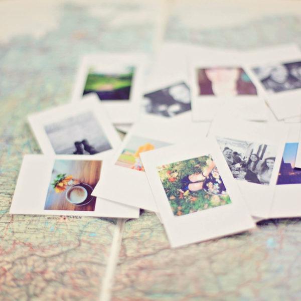 Een landkaart met erop een stapel foto's