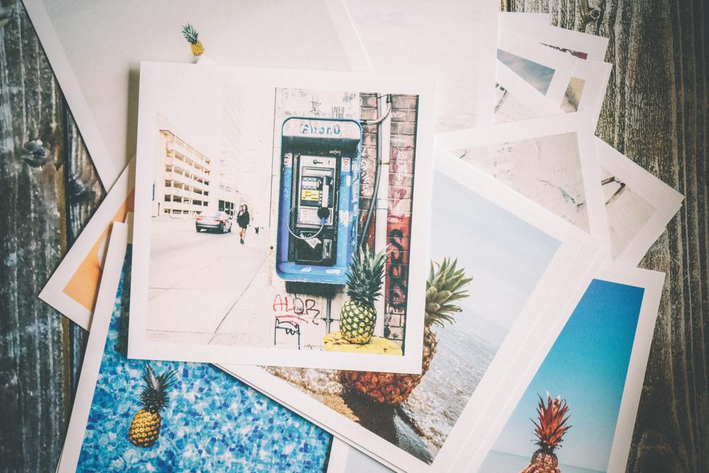 Een stapel vakantiefoto's als tastbare herinnering aan je vakantie