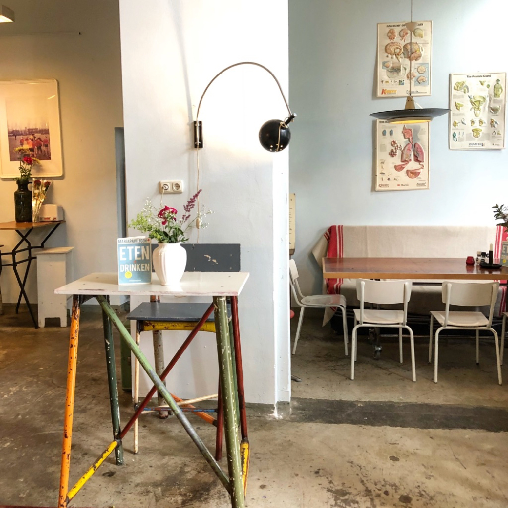 Vintage tafels, stoelen en lampen met ziekenhuis details