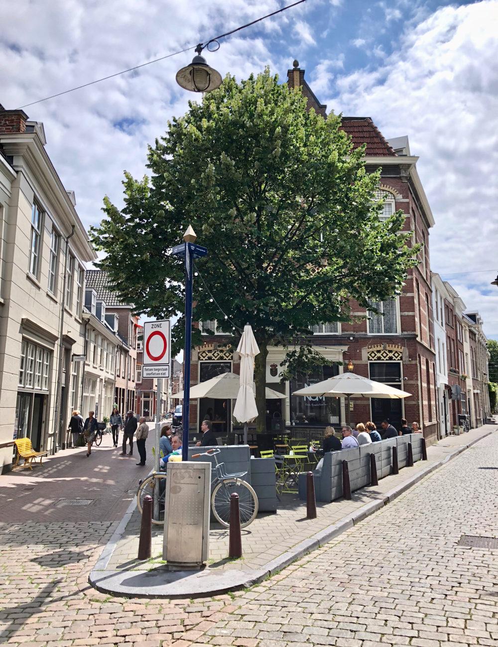 Smalle straatjes met een hoekpandje met terras