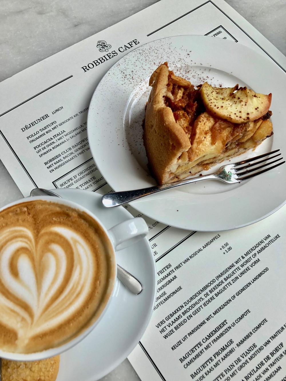 Een cappuccino en verse appeltaart op de menukaart van Robbies