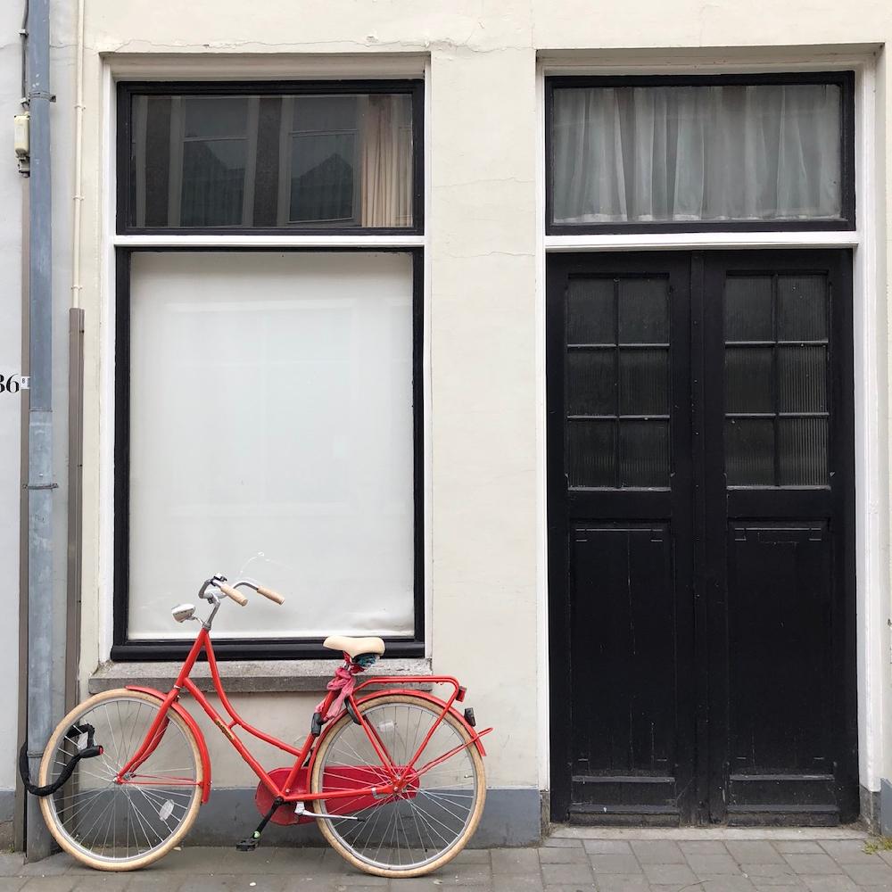 Gevel met rode fiets ervoor