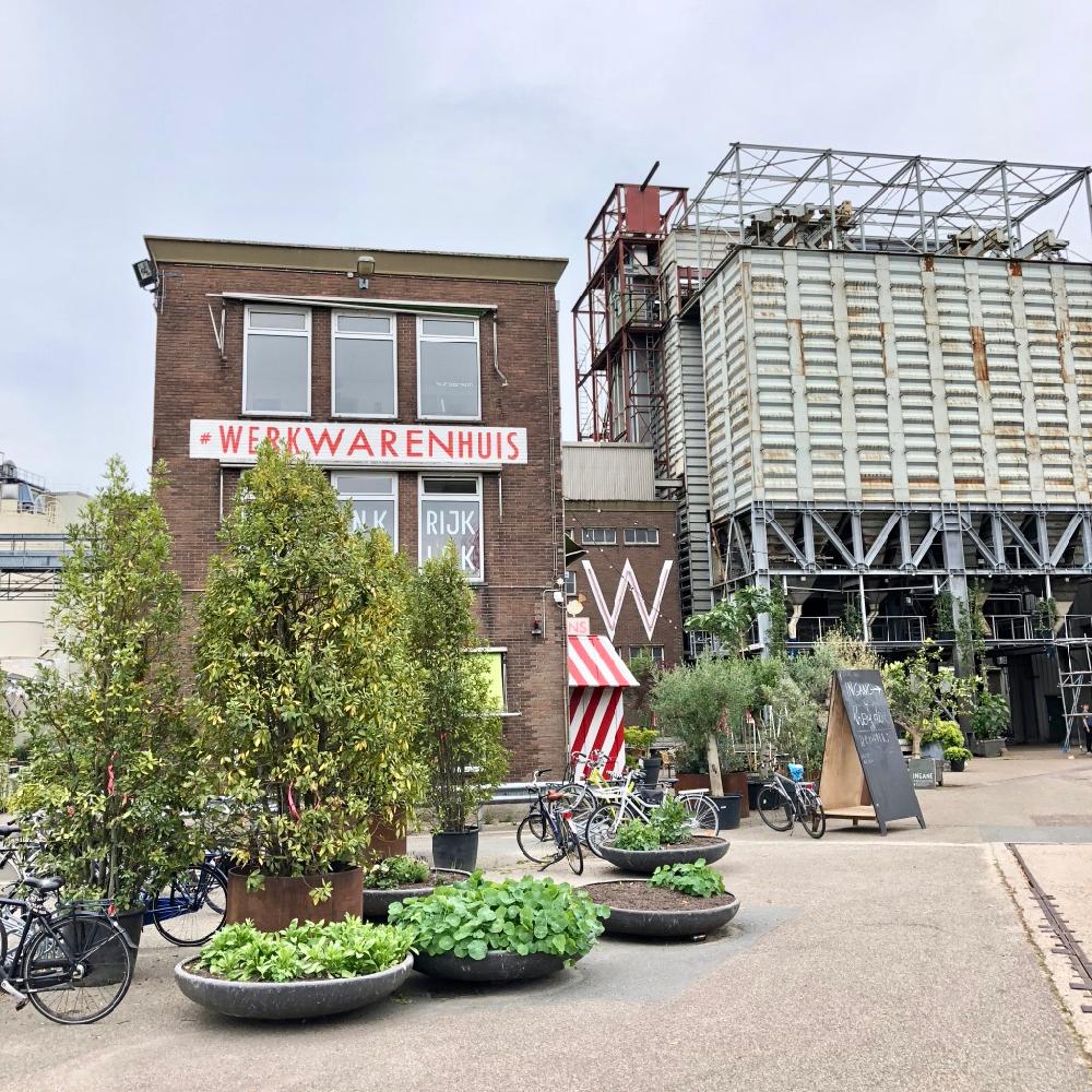 Aanblik van fabrieksterrein de tramkade met het werkwarenhuis