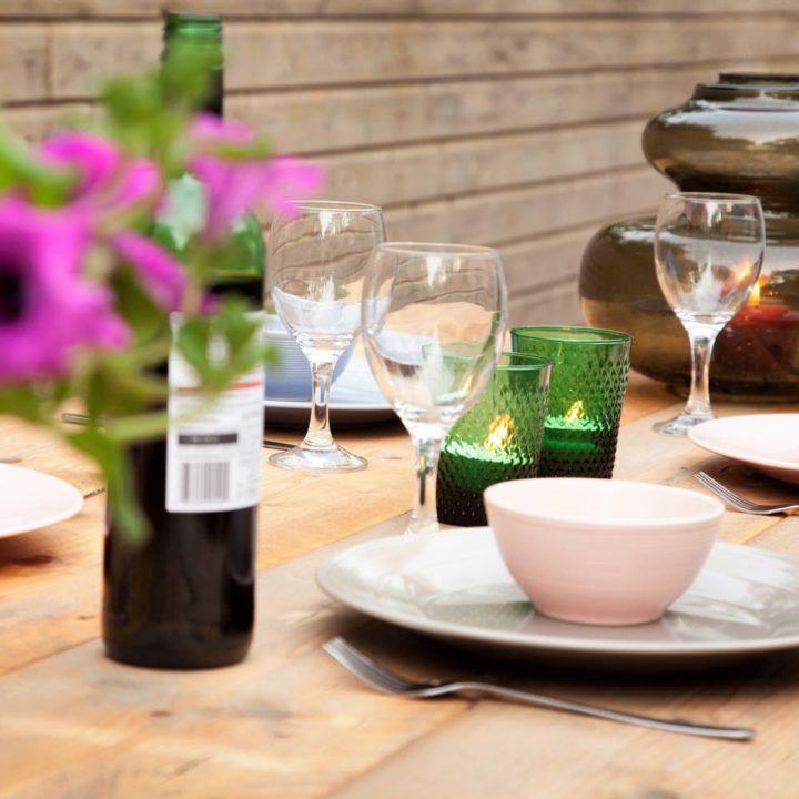 Gedekte tafel met kaarsjes en wijnglazen