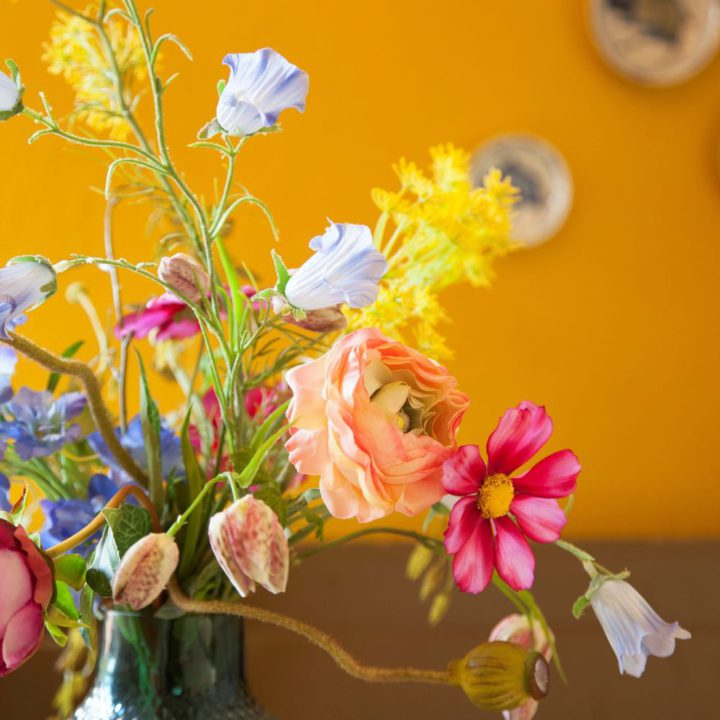 Boeket met fel gekleurde bloemen