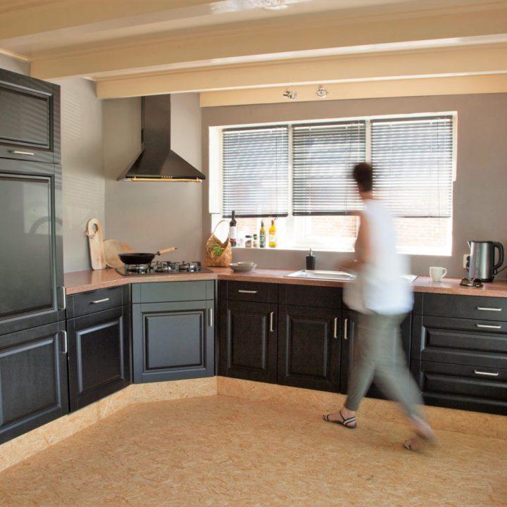 Zwarte keuken en stoere houten vloer