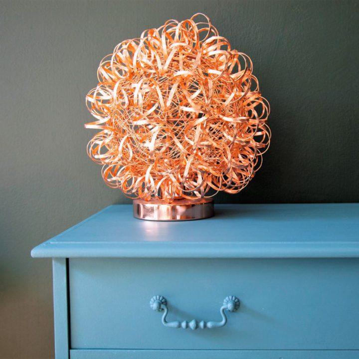 Blauw kastje met oranje design lamp