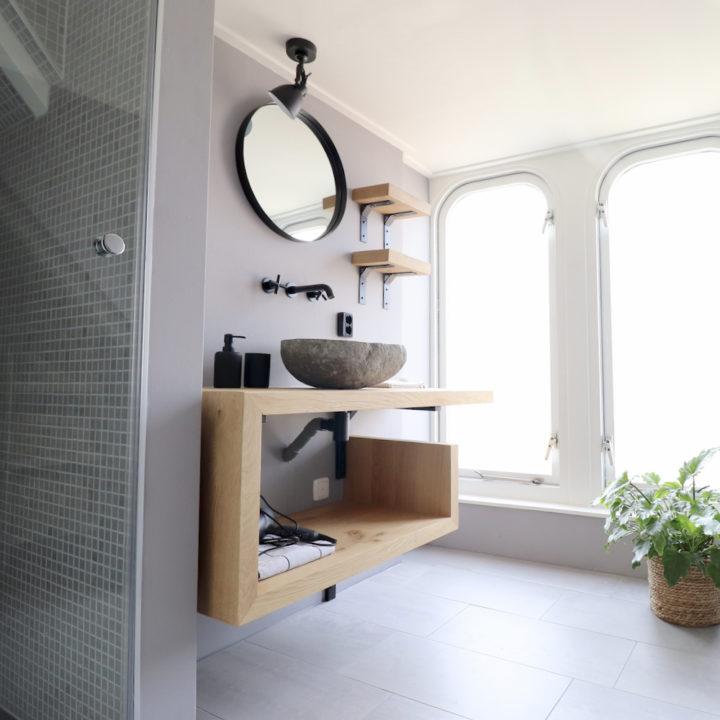 Badkamer met inloopdouche en houten badmeubel
