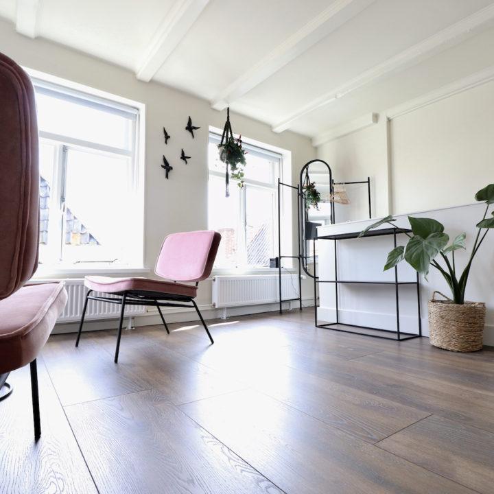 Zithoek met twee roze fauteuils, een romantisch plekje voor een weekendje weg