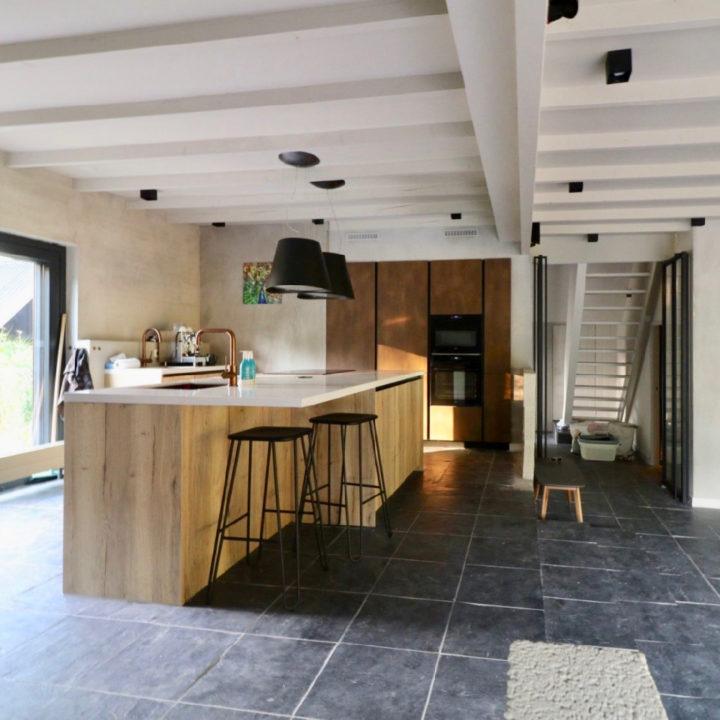 Grote open keuken met kookeiland in blank hout