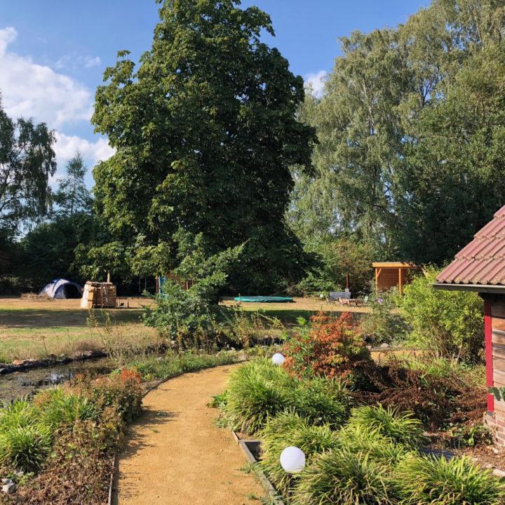 De vakantiewoning ligt in een enorme tuin, met paadjes, bloemen, een schommel, trampoline