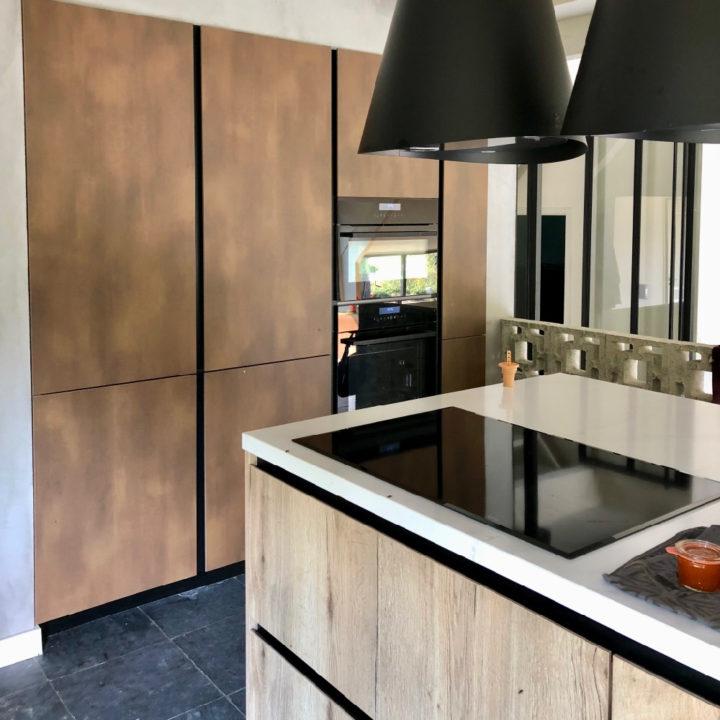 Nieuwe keuken met kookeiland, blank hout en alle moderne apparatuur