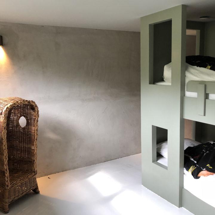 Stoer houten stapelbed in een vakantiehuis