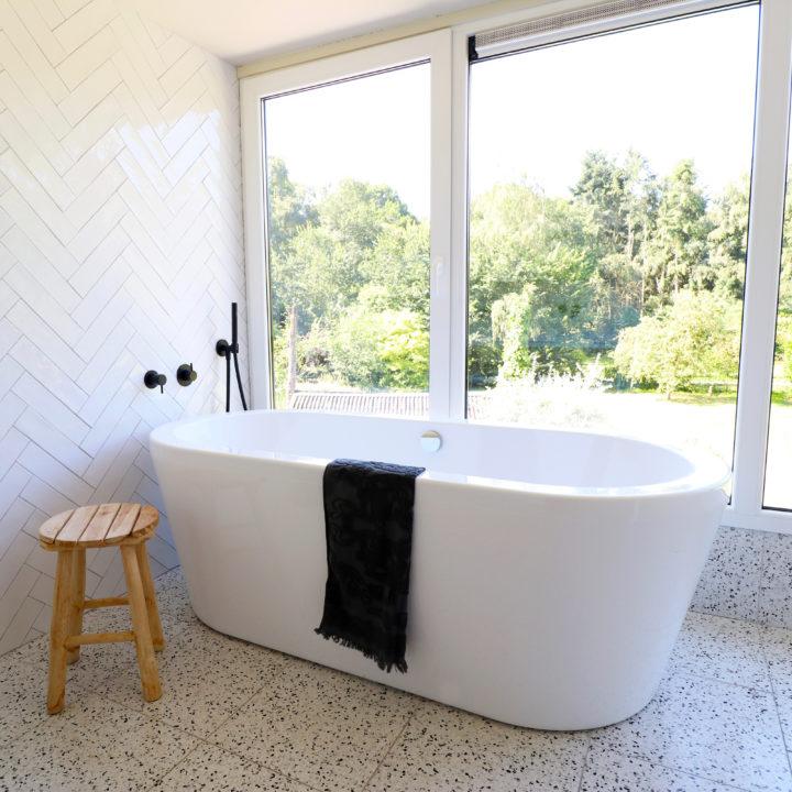 Vrijstaand bad voor het raam