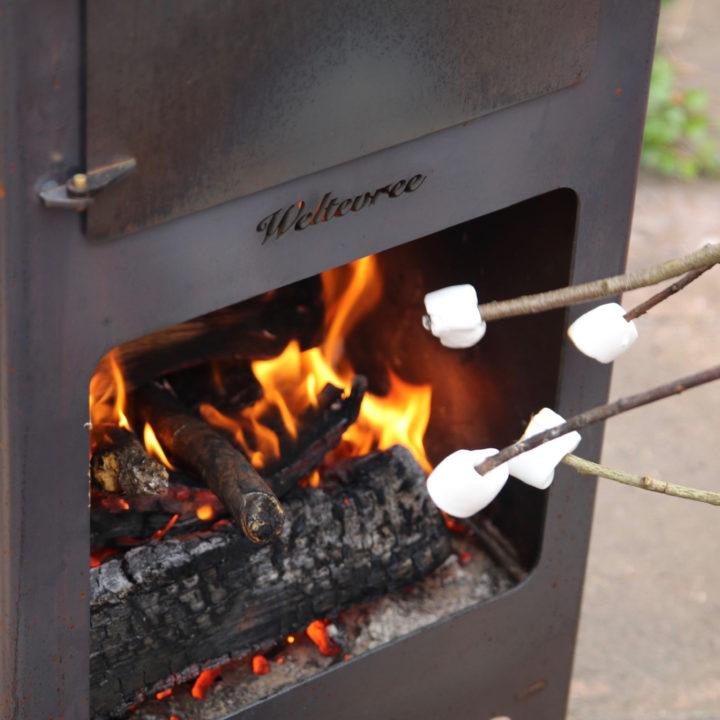 Marshmallows roosteren boven een buitenkachel