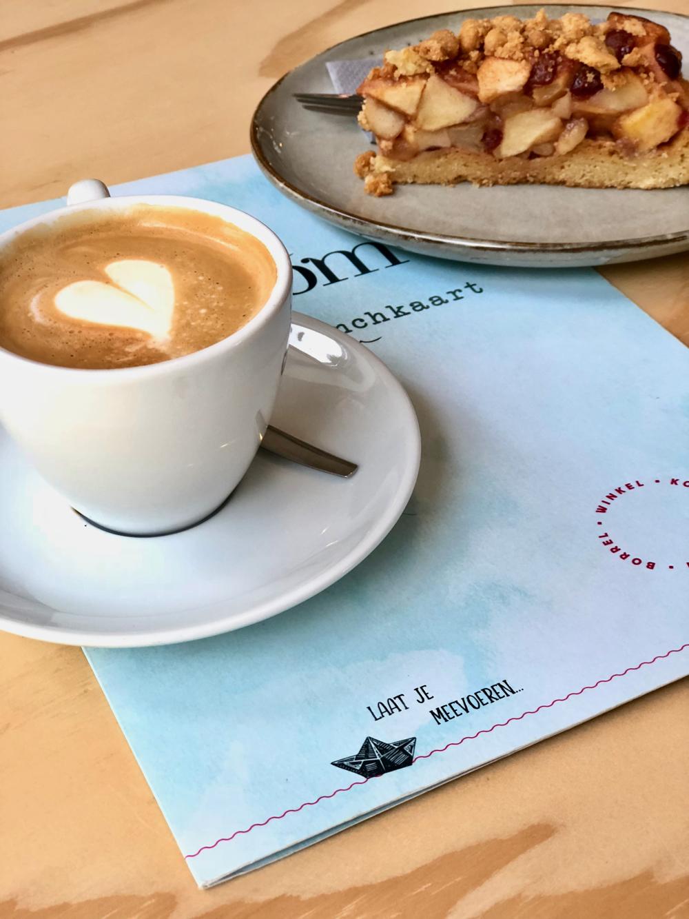 Cappuccino met appeltaart op de menukaart van Stroom Lent