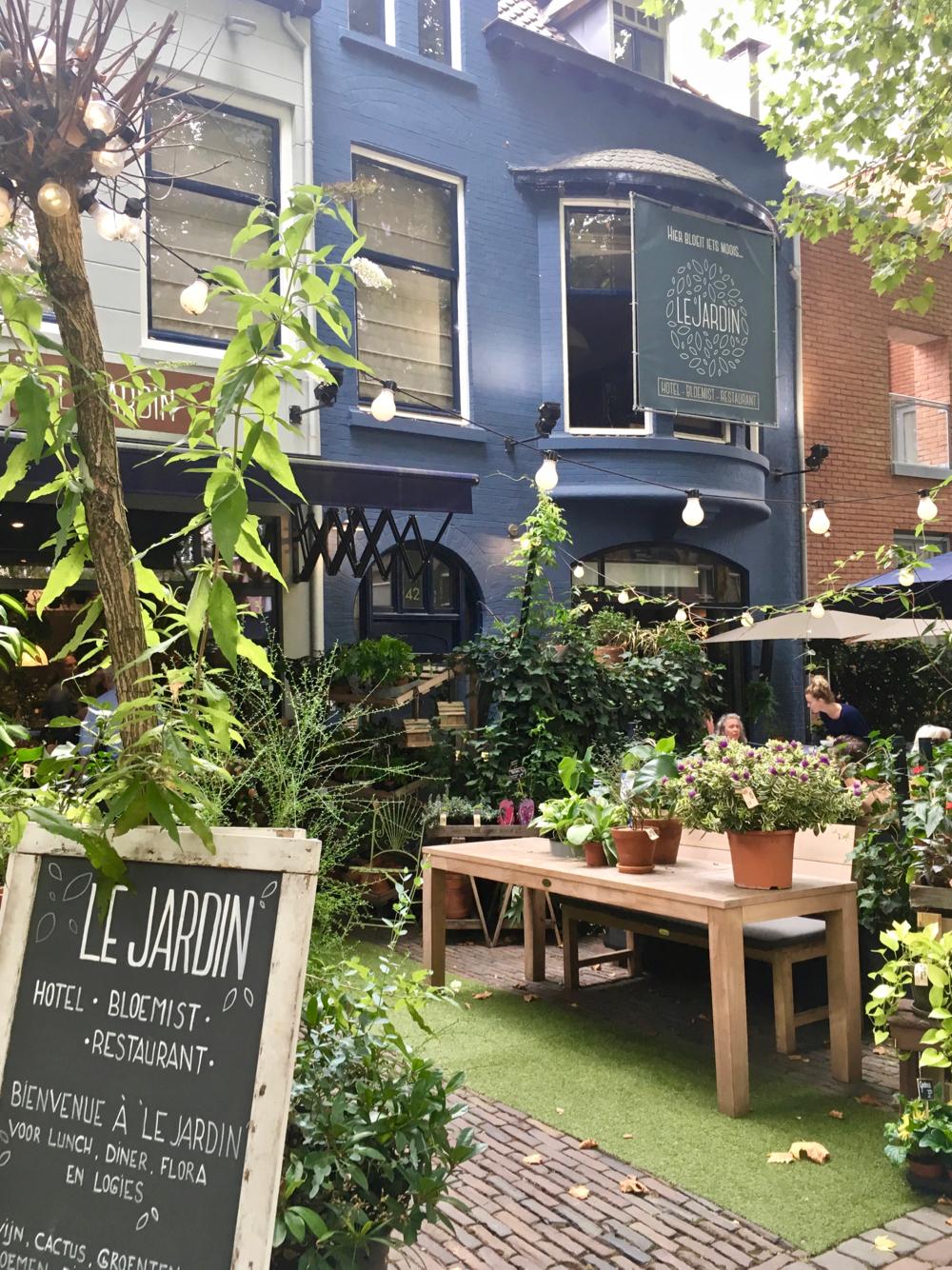 Een urban jungle tuin voor een blauw geverfd pand in Utrecht: Le Jardin