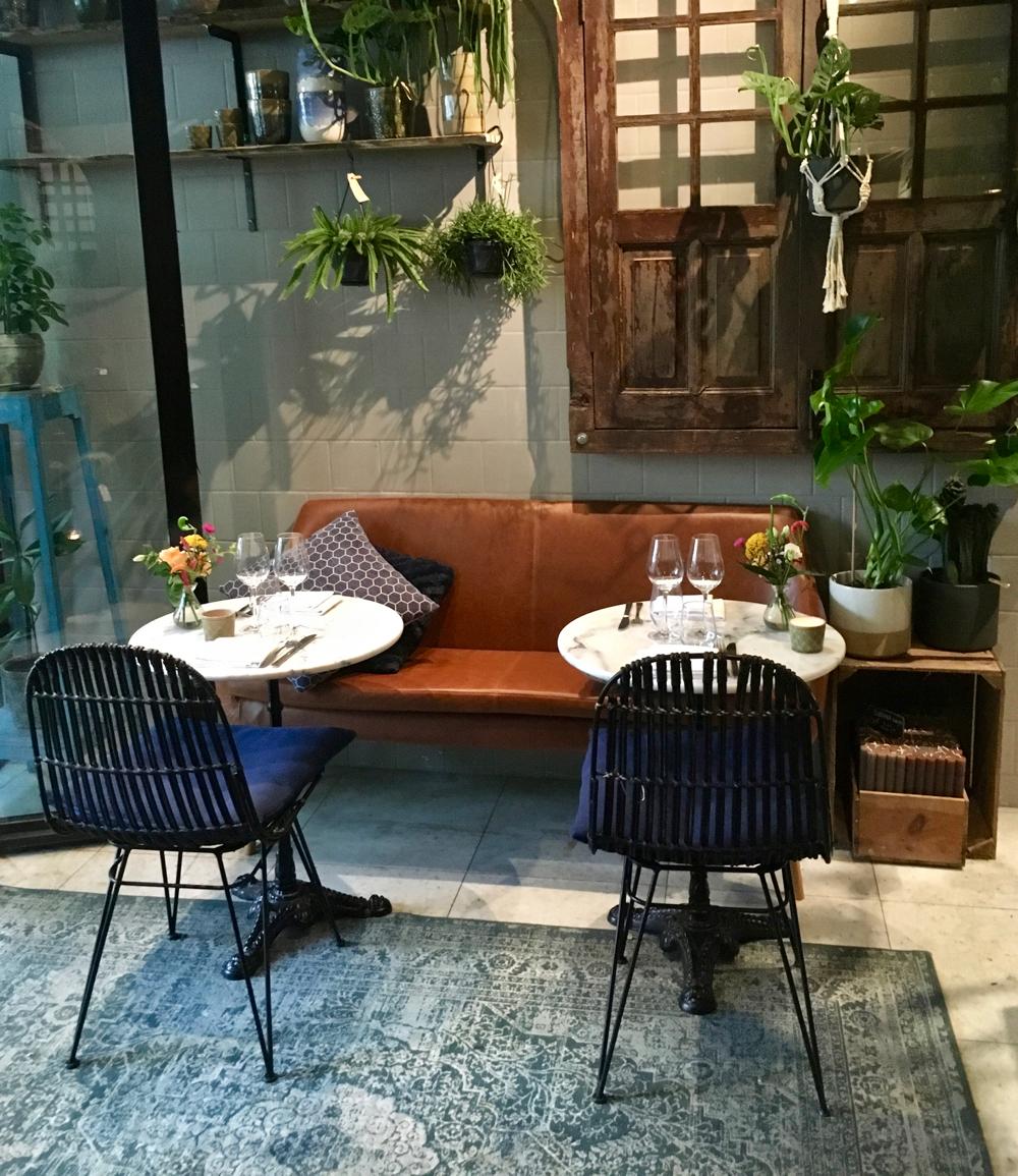 Bloemen en planten te koop in het restaurant van Le Jardin