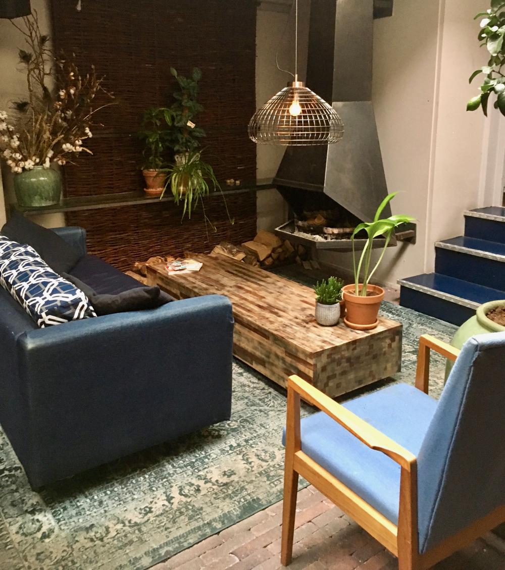 Comfortabele banken en stoelen in donkere kleuren bij Le jardin