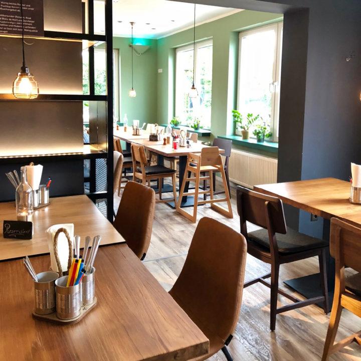 tafels met stoelen, een groene wand