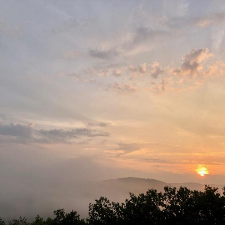 Zonsopgang boven wolkendek