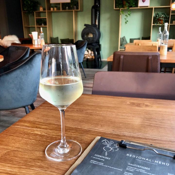 Een wijnglas met koele witte wijn