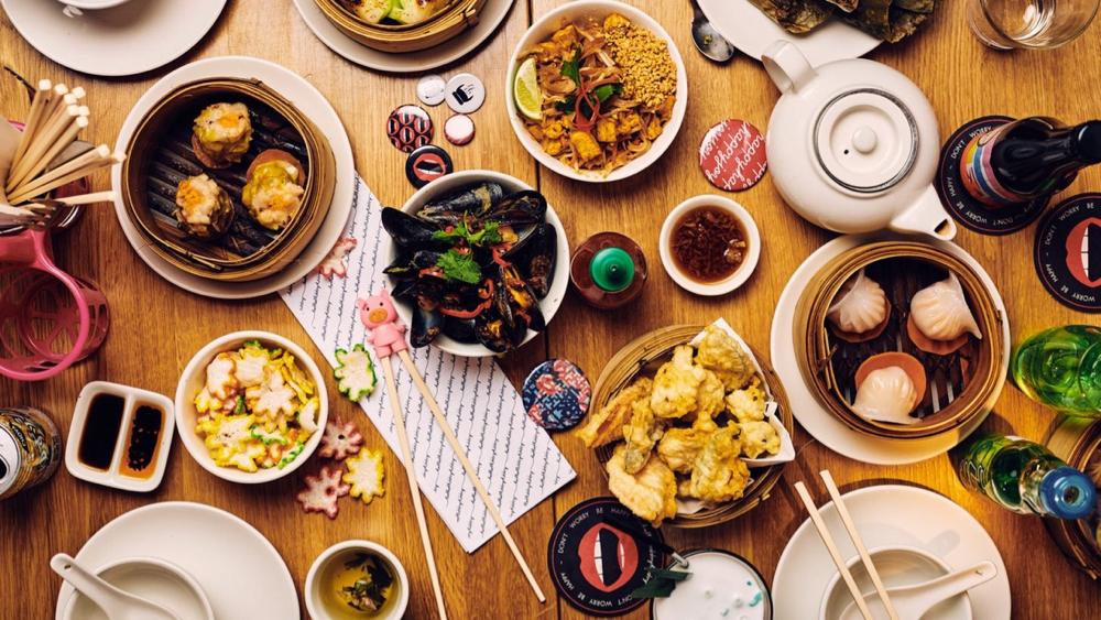 Een gedekte tafel vol Aziatische hapjes bij HappyHappyJoyJoy