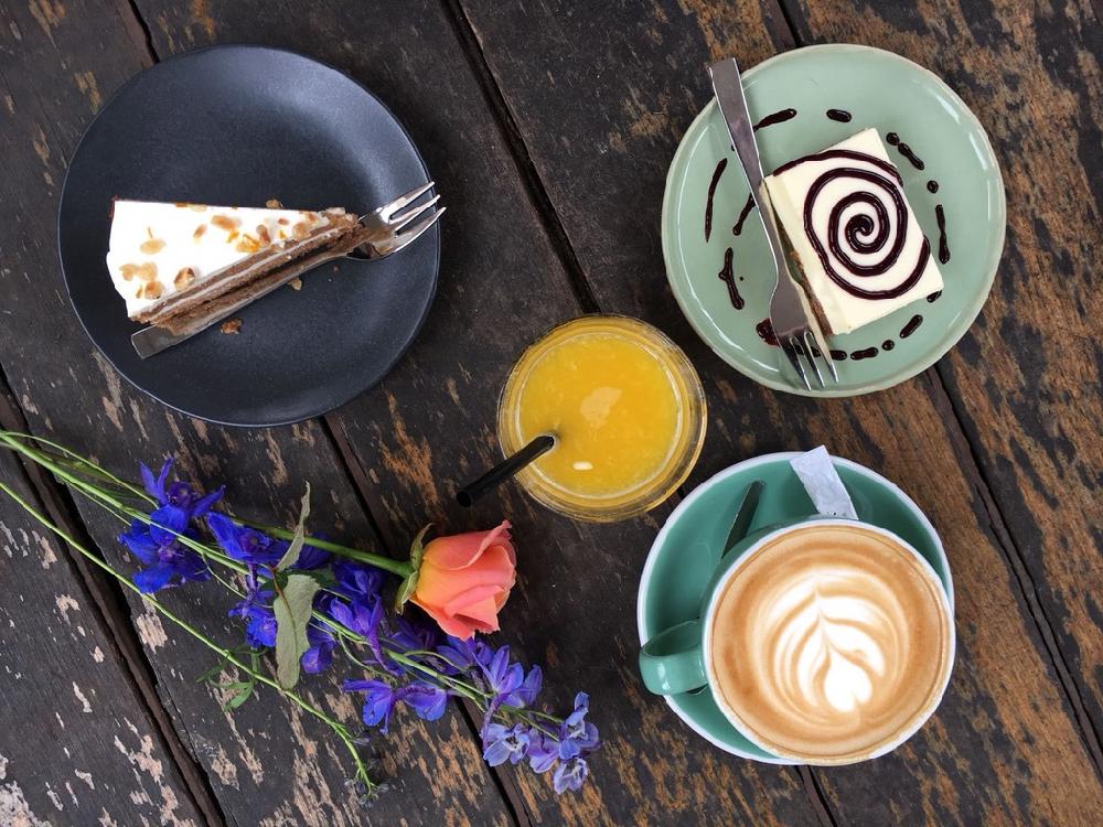 Een stukje taart, glaasje jus d'orange en cappuccino bij Anne&Max