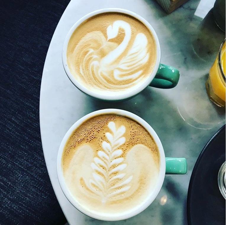Een close up van twee cappuccino's bij Anne&Max