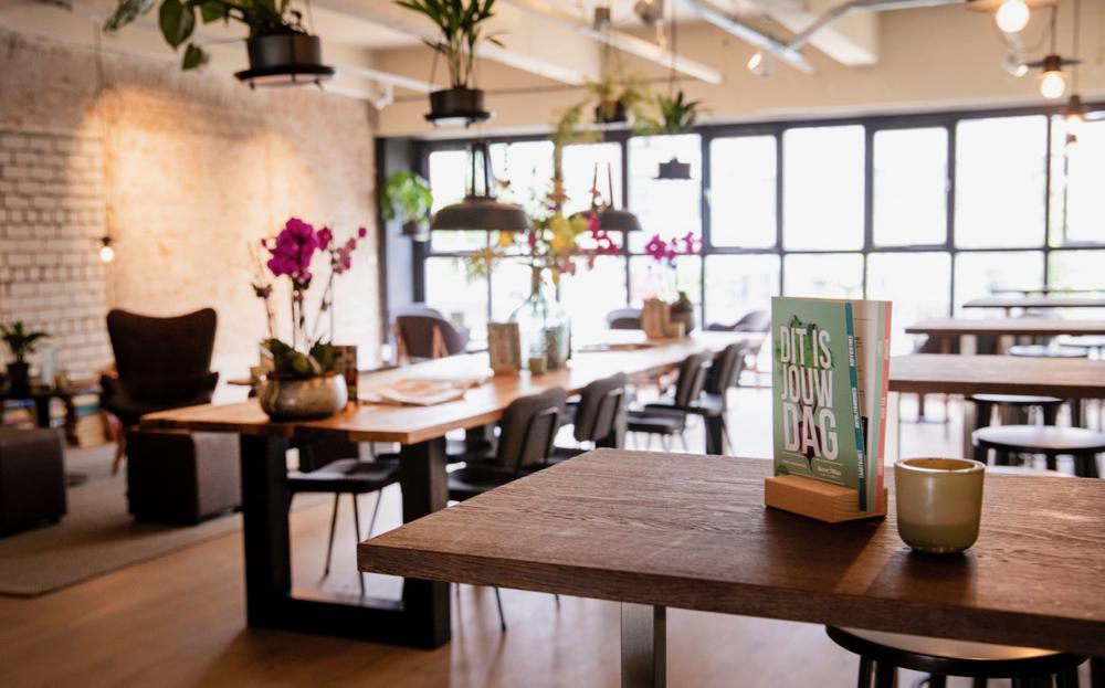 Lange tafels voor de ramen op de bovenverdieping van Anne&Max