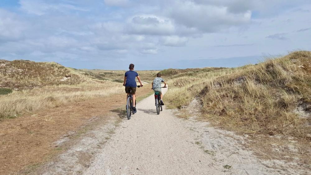Op de fiets door de duinen van Vlieland, twee jongens op een mountainbike.