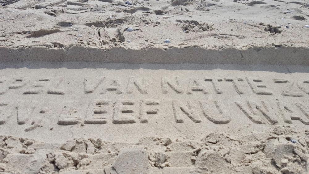 Letters in het zand van de Vliehors Express. Leef nu!