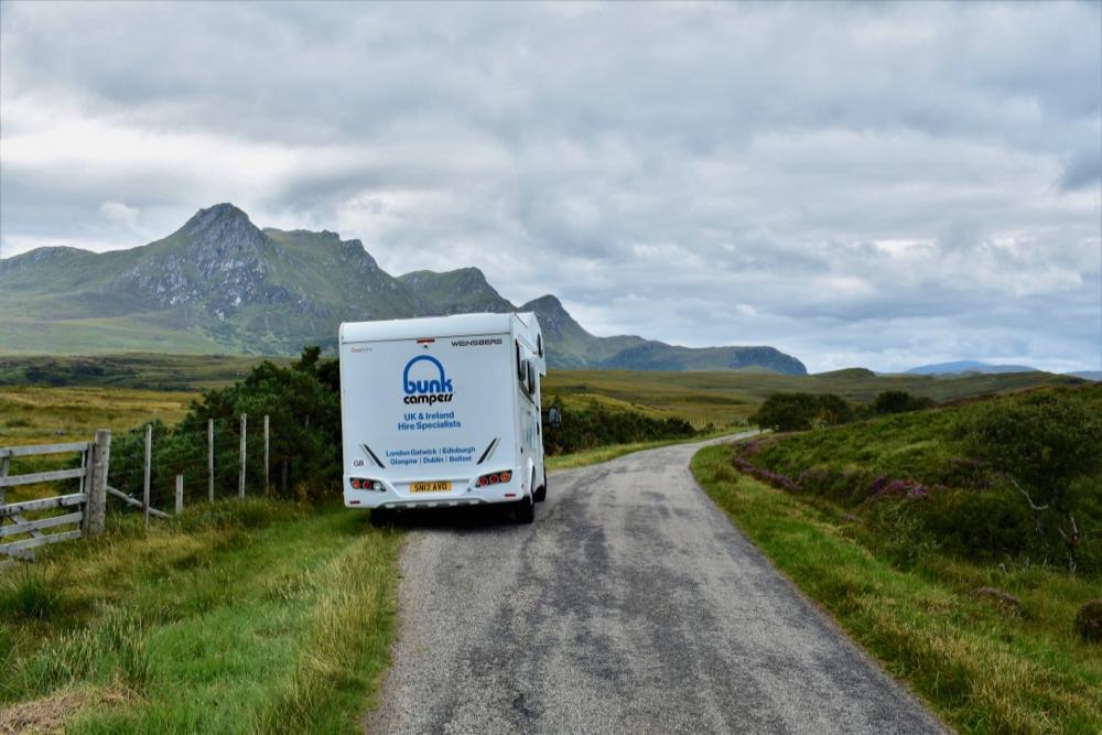 Een camper op een smalle weg langs de North Coast 500 route in Schotland