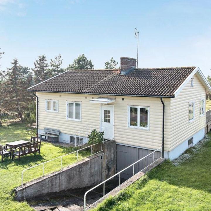 Wit houten huis met garage in de kelder