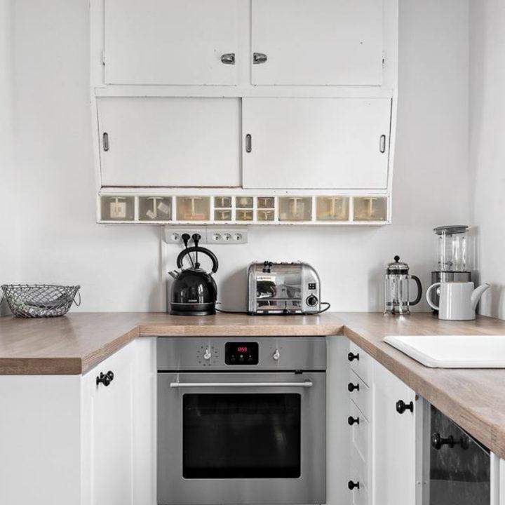 Witte keuken met houten aanrechtblad
