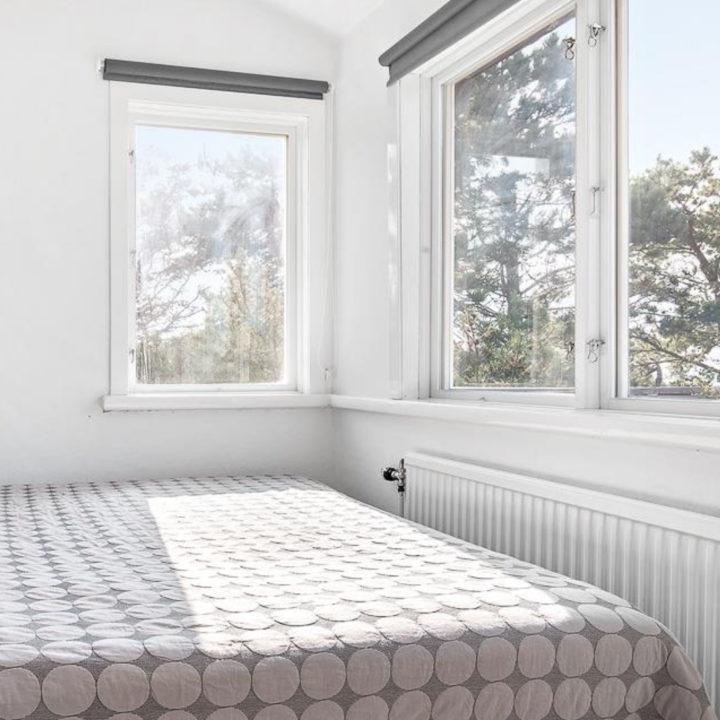 Lichte slaapkamer met bed met sprei met bolletjes